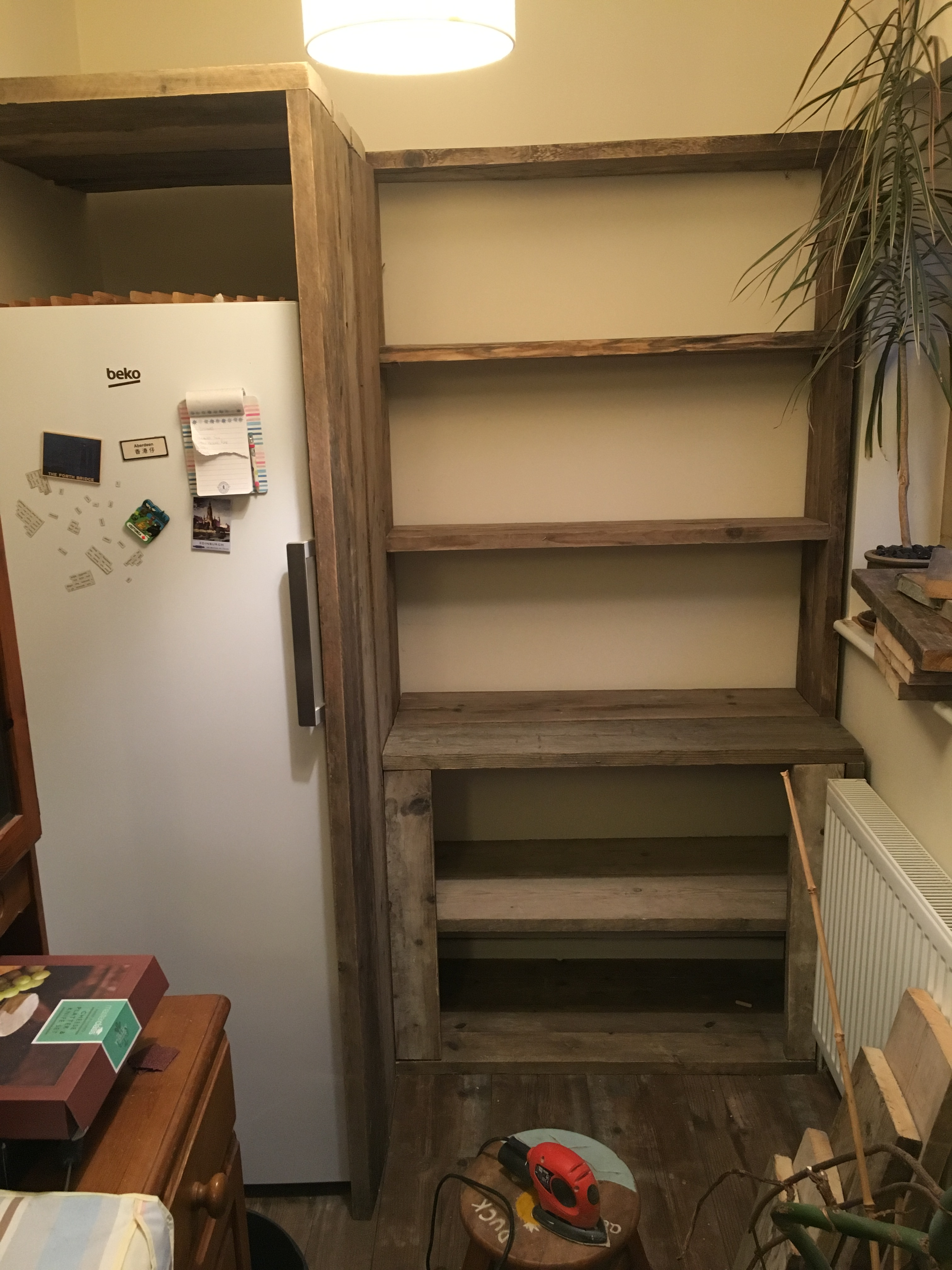 Scaffolding plank dresser and shelving (www.coolupycled.com)