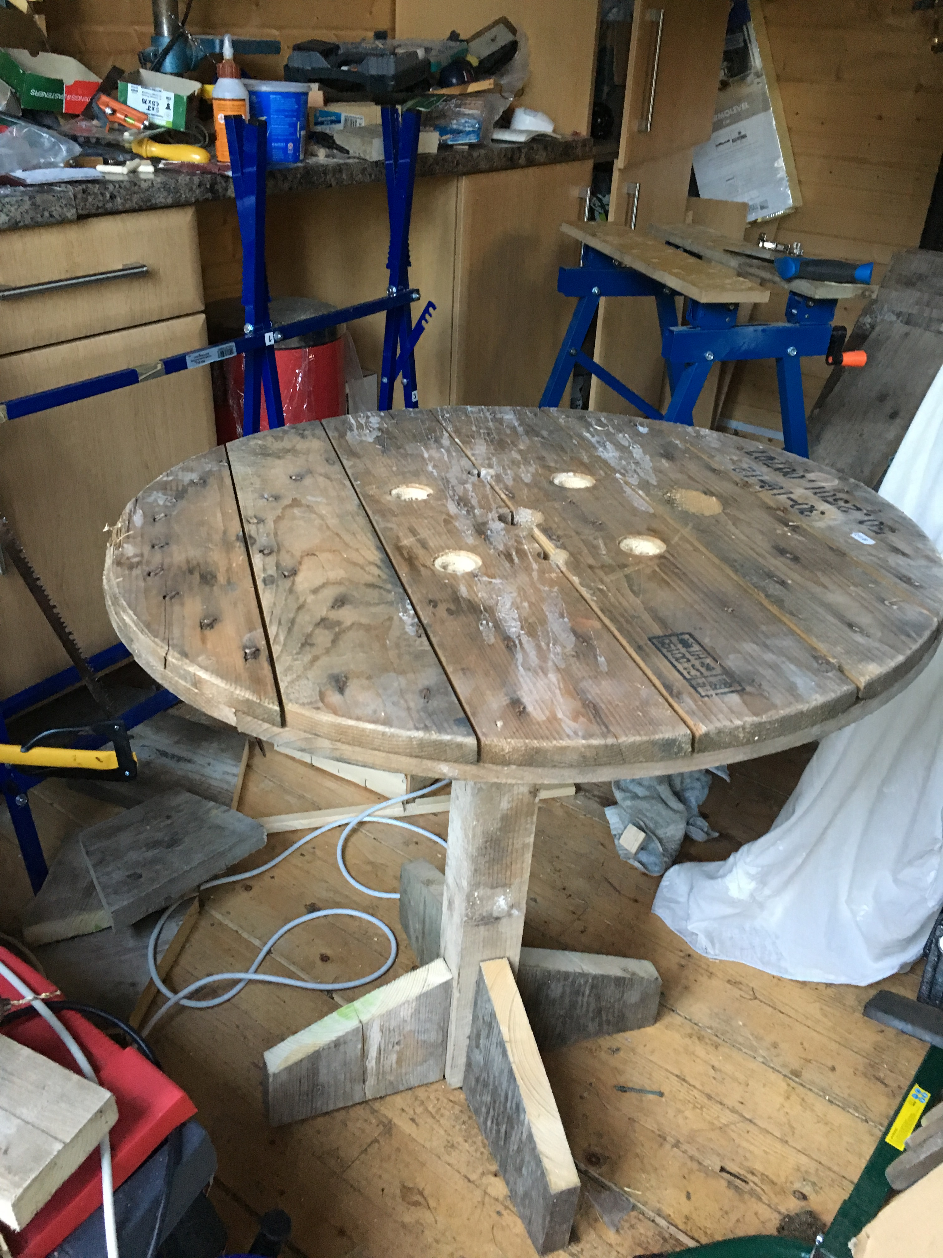 Cable reel, scaffolding and fence post table (www.coolupycled.com)
